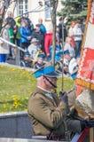 PRUSZCZ GDANSKI, POLEN - Maj 3, 2017: Man med sare under berömmar av den Maj 3rd konstitutionen på den John Paul II fyrkanten i P Royaltyfri Fotografi
