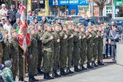 PRUSZCZ GDANSKI, POLEN - Maj 3, 2017: Polermedel tjäna som soldat under berömmar av den Maj 3rd konstitutionen Royaltyfri Fotografi