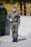 PRUSZCZ GDANSKI, POLEN - Maj 3, 2017: Soldaten med geväret för kalashnikoven AKM och 6H4 sticker med bajonett under berömmar av M Royaltyfri Fotografi