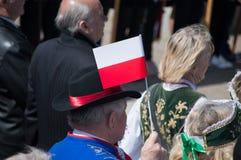PRUSZCZ GDANSKI, POLOGNE - 3 mai 2017 : Homme accrochant le drapeau polonais pendant les célébrations de la constitution du 3 mai Photographie stock libre de droits