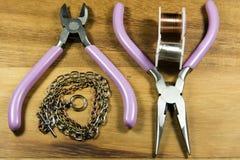 Pryda med pärlor och hantverkhjälpmedel Arkivfoton