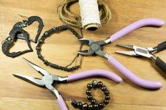 Pryda med pärlor och hantverkhjälpmedel Fotografering för Bildbyråer