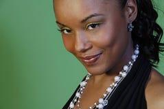 prydd med pärlor beautuful halsbandkvinna Royaltyfri Bild