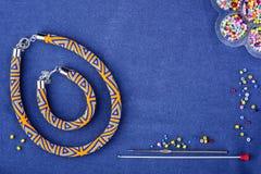 Prydd med pärlor halsband av kulöra pärlor på en blå bakgrund kopiera avstånd arkivbild