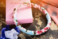 Prydd med pärlor halsband med gåvainpackning royaltyfri foto