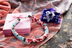 Prydd med pärlor halsband med gåvainpackning royaltyfri bild