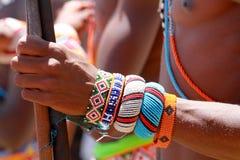 Prydd med pärlor tillbehör av den Samburu krigaren på sjön Turkana på en festival i Kenya arkivbilder