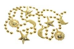 prydde med pärlor guldhalsband Arkivfoto