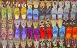prydde med pärlor indiska skor arkivbilder