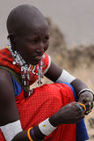 pryder med ädelsten masaien som säljer kvinnan Arkivbild