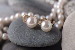 Pryder med pärlor en halsband på stenen royaltyfri bild