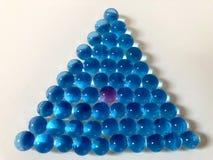 Pryder med pärlor geometrisk form för triangeln som göras av en grupp av vatten fotografering för bildbyråer