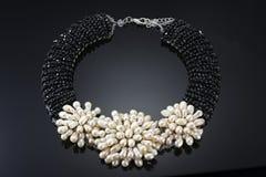 Pryder med pärlor halsbandet med svarta kristaller royaltyfria bilder