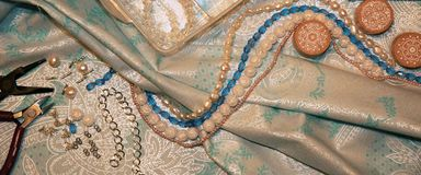 pryder med pärlor handgjord textur för smyckenbijouterie arkivbilder
