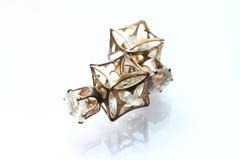 Pryder med pärlor liten och nätt örhängen för smycken med diamanter i vit Royaltyfri Foto