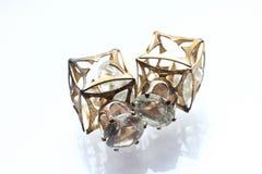 Pryder med pärlor liten och nätt örhängen för smycken med diamanter i vit Royaltyfria Bilder