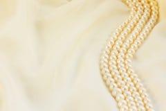 pryder med pärlor silk white Arkivfoto