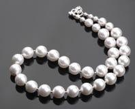 pryder med pärlor white Arkivfoton