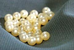 pryder med pärlor white Arkivbild