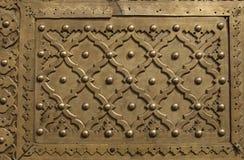Prydnad av metall på den gamla dörren fotografering för bildbyråer