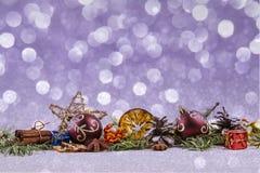 PRYDNAD FÖR BEAUTYFUL-JULDEKOR Violett bokehbakgrund royaltyfria bilder