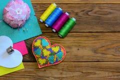 Prydnad för valentindaghjärta Livlig filthjärta, tråduppsättning, fingerborg, filtark, stiftkudde, pappers- mall royaltyfri bild