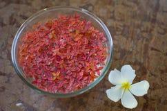 Prydnad från blommor på en tabell Royaltyfri Fotografi