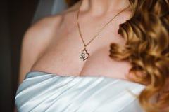 Prydnad på hals av bruden Royaltyfri Bild