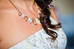Prydnad på hals av den unga bruden Arkivfoto