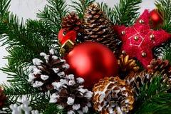 Prydnaden och guld- för jul som sörjer den röda dekoreras, kottar Royaltyfri Foto