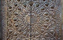 Prydnader av brons-platta den utsmyckade dörren Royaltyfri Fotografi
