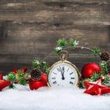Prydnader för antik guld- klocka för julgarnering snöar röda arkivfoton