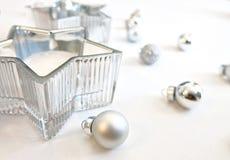 Prydnader för julbildsilver och garnering för silverstjärnastearinljus fotografering för bildbyråer