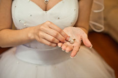 Prydnader i händer av bruden Arkivbilder