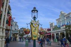 Prydnader och garnering på den huvudsakliga gatan av Disneyland Paris Royaltyfri Foto