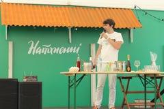 Pryhotovlenye鸡尾酒 节日在市中心 免版税库存照片