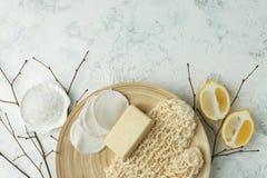 Prysznic akcesoria - masuje muśnięcie, gąbka, cytryna, morze sól, mydło na lekkim tle, odgórny widok Czyścić skóra, pętaczka, zdjęcie royalty free