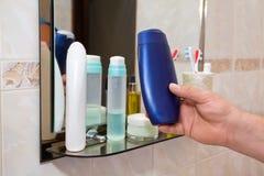 Prysznic gel w męskiej ręce fotografia royalty free