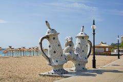 Prysznic skąpanie - mozaiki rzeźba na brzeg Złoci piaski Wyrzucać na brzeg zdjęcie stock