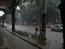 Prysznic trwa wokoło i godziny połówkę zalewał Varna zdjęcie stock