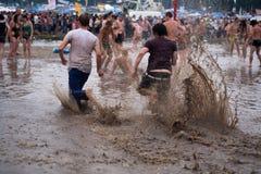 Prysznic w błocie przy festiwalem zdjęcie stock