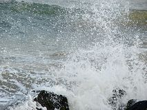 Prysznic Wodne kropelki należne morze Macha Rozbijać na skałach obraz stock