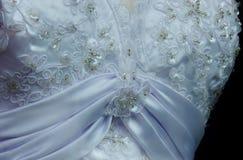 Prytt med pärlor billigt pris för bröllopsklänningvit Royaltyfri Fotografi