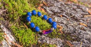 prytt med pärlor blått armband royaltyfri foto