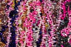prytt med pärlor färgrikt halsband Arkivbild