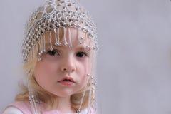 prytt med pärlor flickahattbarn arkivfoton