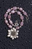 prytt med pärlor härligt halsband royaltyfri fotografi