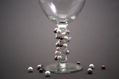 Prytt med pärlor vinexponeringsglas royaltyfria bilder
