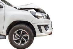 Przód biały pickup samochód dostaje uszkadzającym wypadkiem na drodze Ja obraz stock