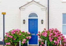 Przód dekorujący z kwiatami angielszczyzna dom zdjęcie royalty free